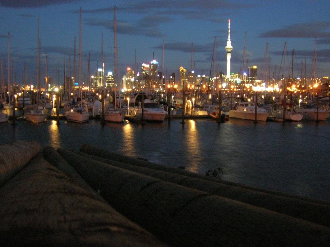 Der Hafen bei Nacht nahe der Harbour Bridge