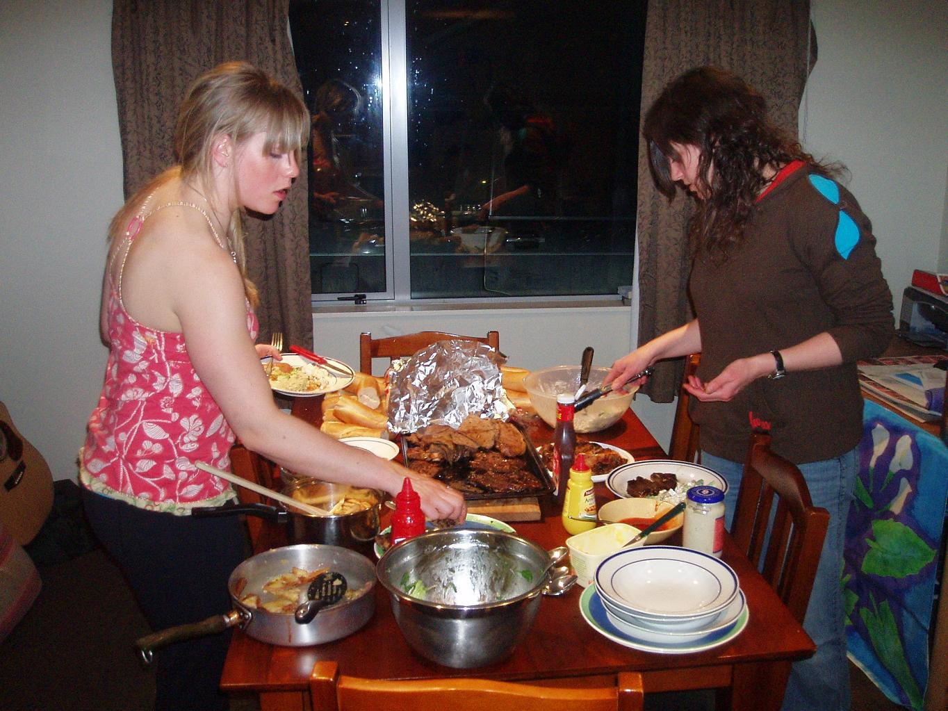 Charmaine und Amy riechen den Braten